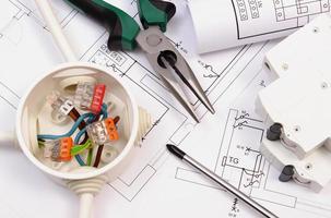 ferramentas de trabalho, caixa elétrica e fusível, desenho de construção elétrica foto