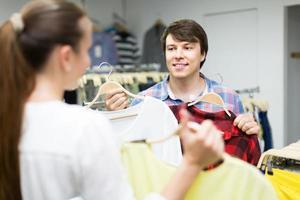 par escolhe roupas na loja foto
