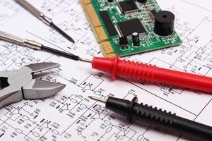 placa de circuito impresso, ferramentas de precisão e cabo de multímetro foto