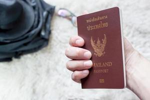 segurando um passaporte tailandês foto