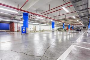 garagem, interior subterrâneo com alguns carros estacionados