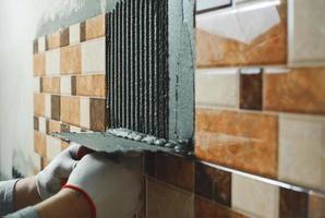 colocação de azulejos. foto