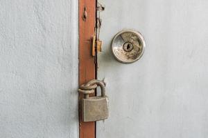 cadeado velho em uma porta foto