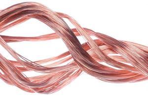 fio de cobre isolado no fundo branco foto