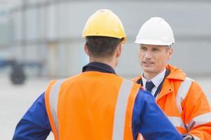 trabalhadores conversando no estaleiro foto