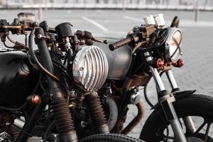 duas motos vintage no estacionamento durante o pôr do sol