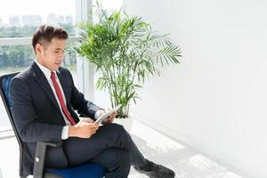 empresário com tablet digital foto