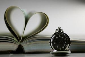 livro relógio de bolso velas foto
