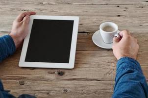 masculinas mãos segurando um computador tablet com tela em branco closeup foto