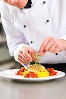 Chef emale na cozinha de cozinha de restaurante foto