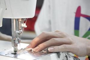 costura à mão em uma máquina foto