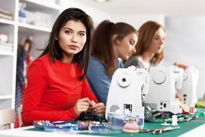 mulheres em uma oficina de costura