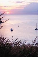 vista do mar colorida com a cor do pôr do sol no crepúsculo foto