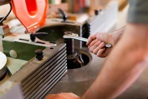 carpinteiro ajustar cortador foto
