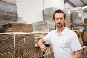 trabalhador de armazém sério segurando o scanner