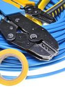 ferramenta e cabos de crimpagem foto