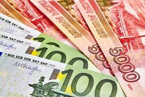 notas de euro e russ rub. foco seletivo foto
