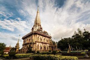 pagode sagrado no templo de chalong foto