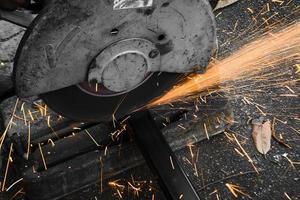 máquinas para cortar metais com faíscas leves foto
