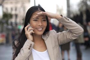 mulheres com telefone celular olhando para alguém foto