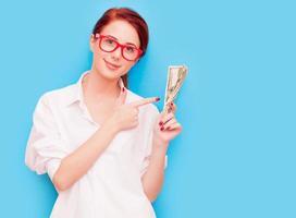 retrato de mulher ruiva em copos vermelhos com dinheiro