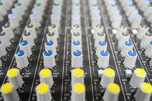 botões controlam o mixer de som foto