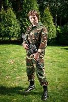 soldado no campo foto
