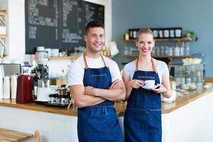 homem e mulher trabalhando na cafeteria foto