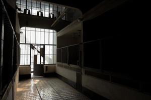 lugar escuro e abandonado foto