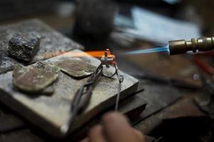 ewelry fazendo detalhes em close-up da produção foto