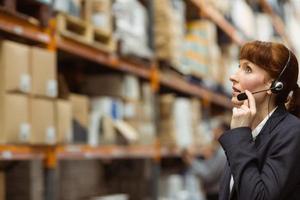 bonita empresária falando em um fone de ouvido foto