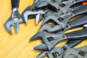 conjunto de ferramentas manuais em um fundo de madeira,
