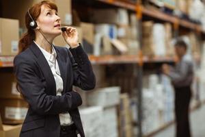 gerente elegante falando em um fone de ouvido foto