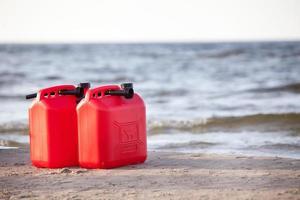 latas de gasolina vermelhas