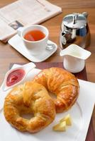 café da manhã com croissant, geléia e chá inglês foto