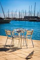 móveis de metal à beira-mar