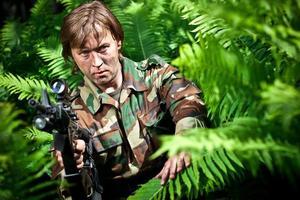 soldado segurando uma arma foto