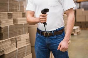 close-up, trabalhador armazém, segurando, scanner
