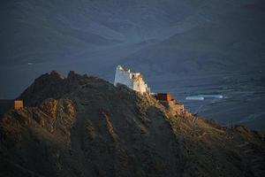 pôr do sol no mosteiro namgyal tsemo