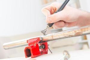 limpeza de canos enferrujados com ferramenta múltipla rotativa