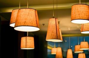 lâmpadas em uma loja de café foto