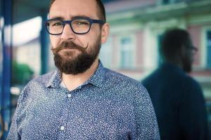 homem barbudo na moda foto