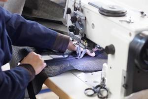 trabalhador na máquina de costura foto