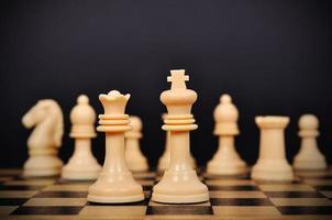 rainha e rei do xadrez branco foto