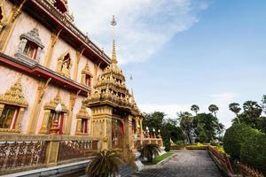 arquitetura de estilo tailandês no templo de chalong, phuket, Tailândia foto