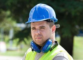 trabalhador com capacete foto