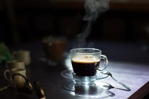 xícara de café quente em cima da mesa foto