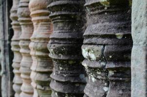 pólos de escultura em preah khan, angkor wat foto