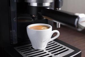 máquina de café doméstica faz café expresso foto