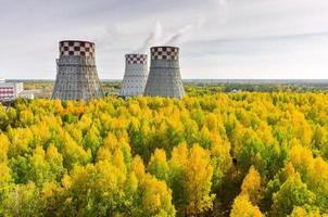 fábrica de energia e energia quente da cidade foto